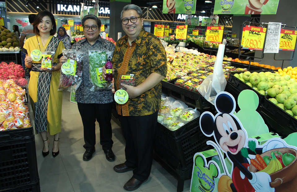 Aprindo Chairman Roy N. Mandey, right, with Danny Kojongian, Matahari Putra Prima's corporate secretary, center, and Irene Koloway, a senior manager at The Walt Disney Indonesia, pose for a photograph with Disney-branded products at a Hypermat store in Tangerang, Banten. (B1 Photo/Emral Firdiansyah)