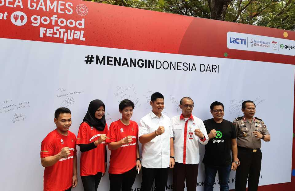 Athletes Yuli Eko Irawan, Diananda Choirunisa and Elga Kharisma with NOC chairman Raja Sapta Oktohari, Youth Affairs and Sports Ministry spokesman Gatot Dewa S. Broto and Gojek's chief marketing officer Ainuk Yaqin at the launch of the #MENANGINDONESIA ['Indonesia for the Win'] SEA Games 2019 campaign in Jakarta on Monday. (JG Photo/Diana Mariska)