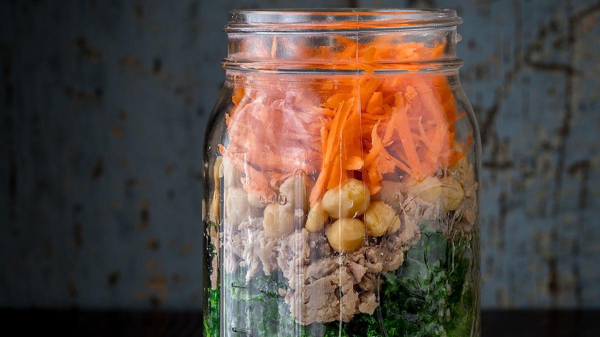 Mason jar power salad with chickpeas and tuna