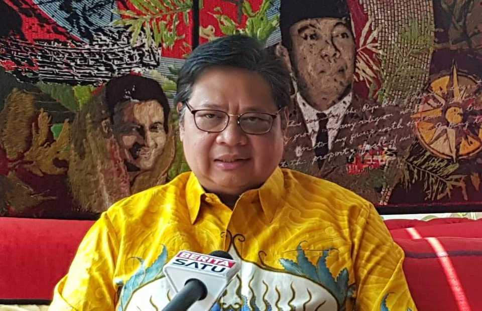 Golkar chairman Airlangga Hartarto speaks in an interview with BeritaSatu at his residence in South Jakarta on Sunday. (B1 Photo/Primus Dorimulu)