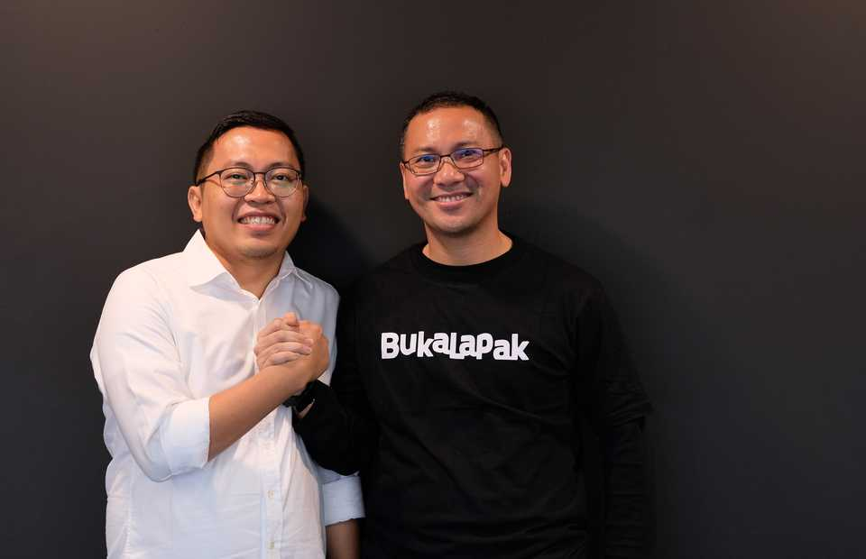 Outgoing chief executive of e-commerce platform Bukalapak, Achmad Zacky, left, and his successor Rachmad Kaimuddin. (Photo courtesy of Bukalapak)
