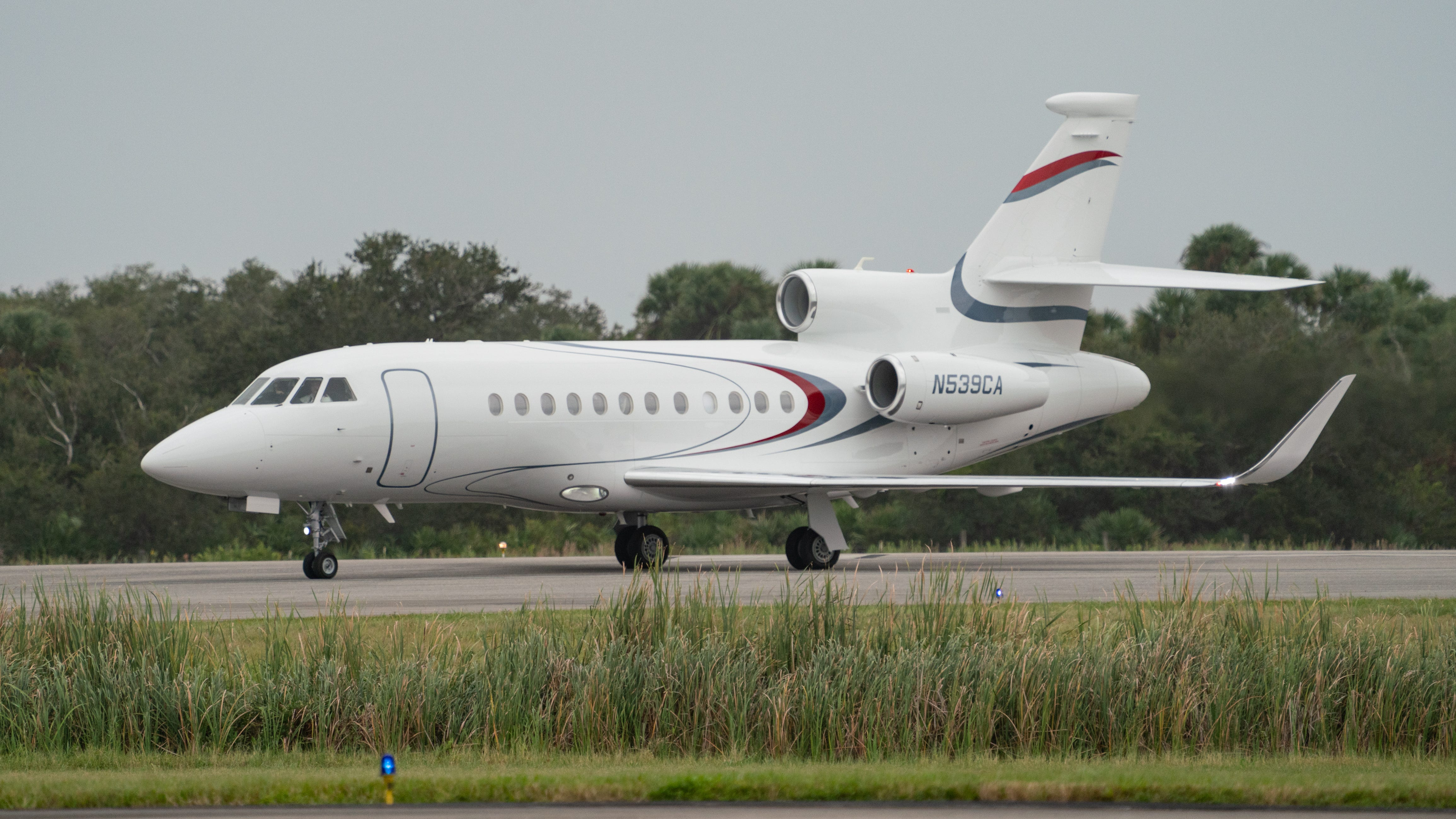 A Dassault Falcon 900 arrives at Kennedy Space Cen
