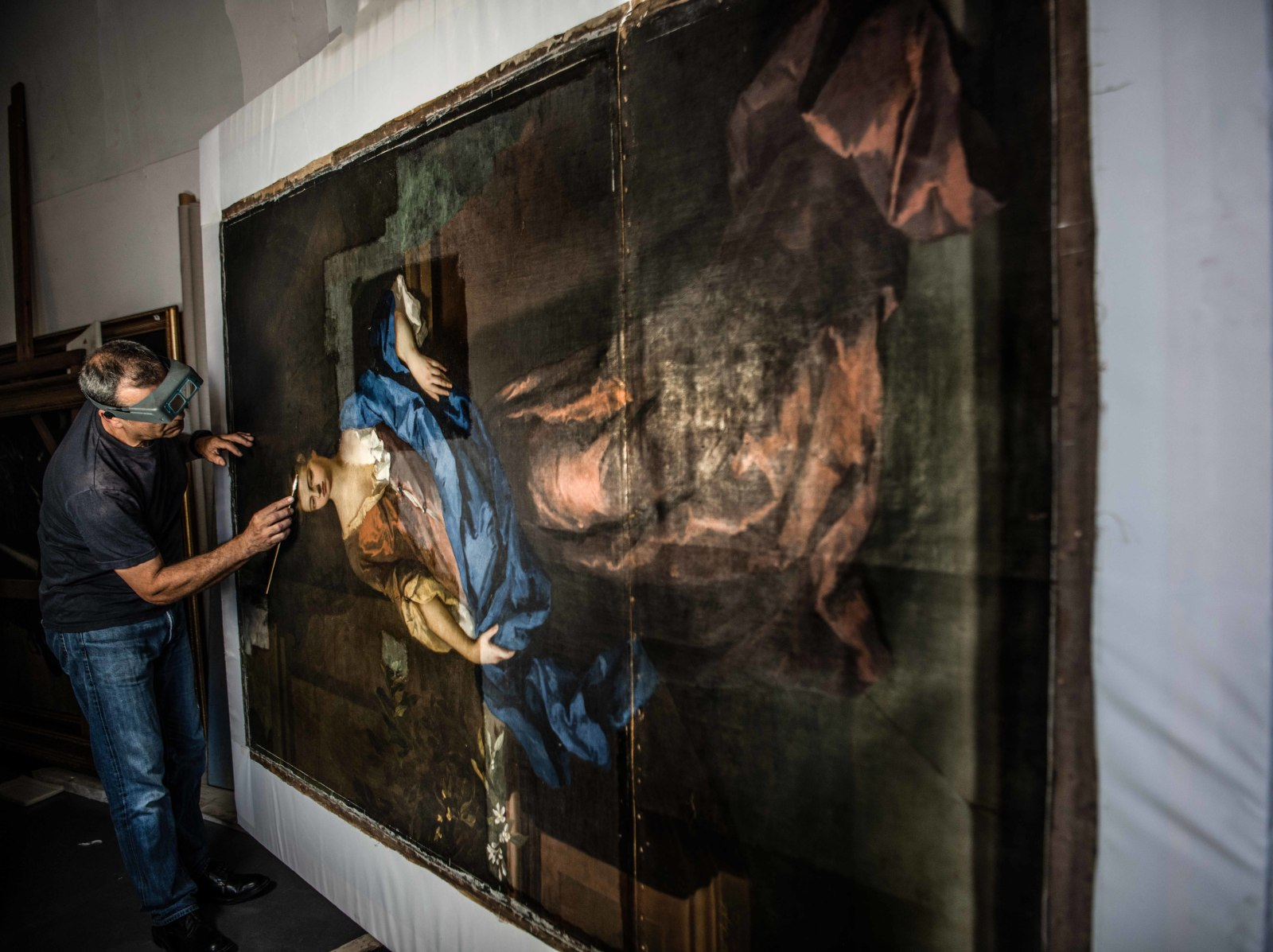 Conservators work on Lady Rachel Russell, Duchess of Devonshire