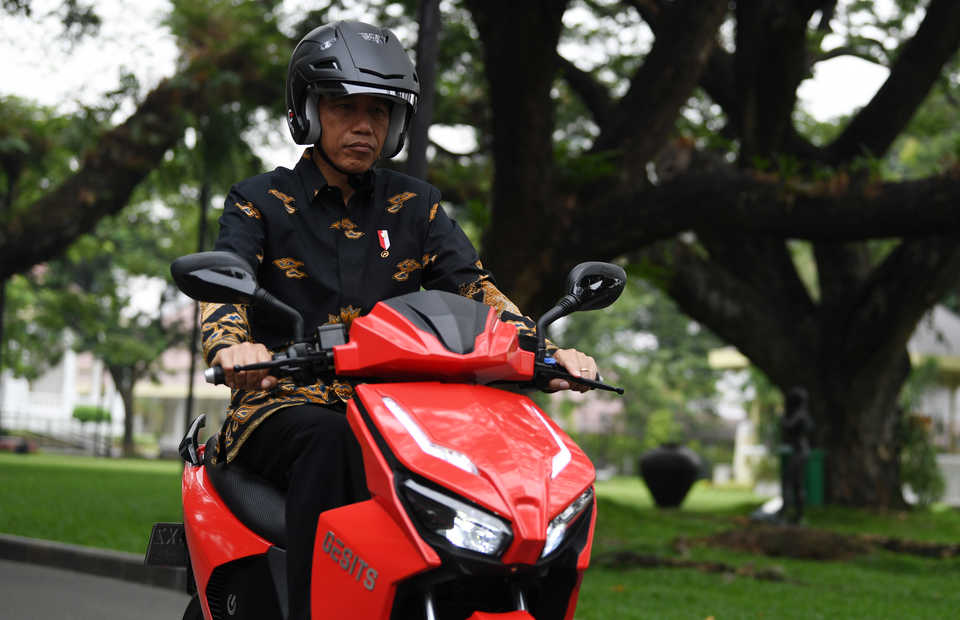 President Joko 'Jokowi' Widodo has stated an�ambition to turn Indonesia into a center for electric vehicle production in Southeast Asia by 2030. (Antara Photo/Wahyu Putro A.)