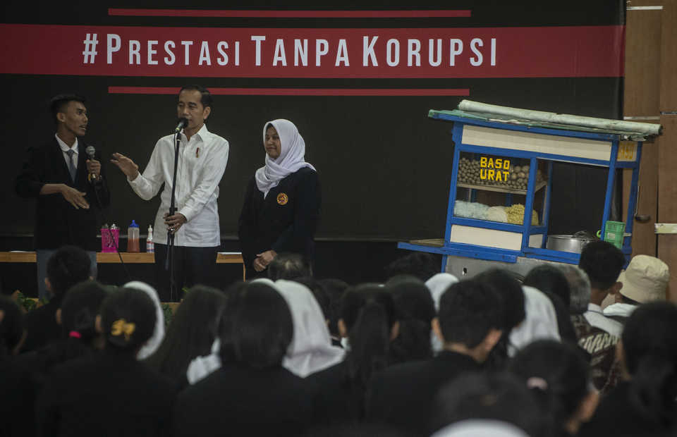 President Joko Widodo addresses high school students in Jakarta during an event to observe International Anti-Corruption Day on Monday. (Antara Photo/Aprillio Akbar)