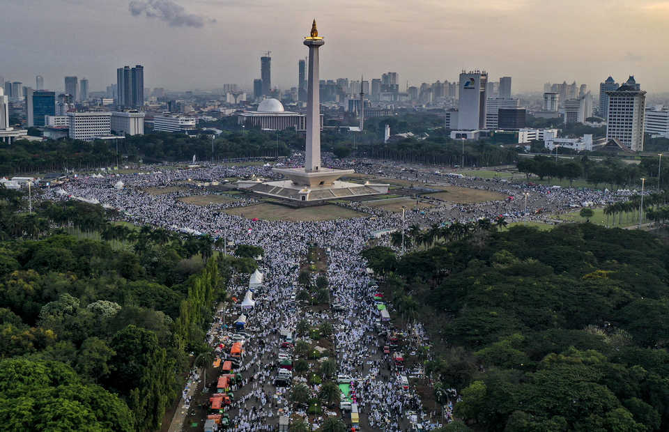 Indonesian Muslims filled Jakarta's National Monument (Monas) on Monday morning to commemorate the Dec. 2, 2016 rally to oust then Jakarta governor Basuki 'Ahok' Tjahaja Purnama. (Antara Photo/Aruna)
