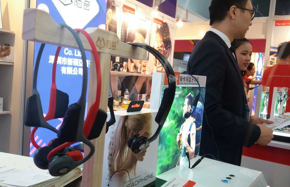Wireless headsets seen on display during the Global Sources Mobile Electronics Show in Hong Kong on Oct. 21. (JG Photo/Heru Andriyanto)