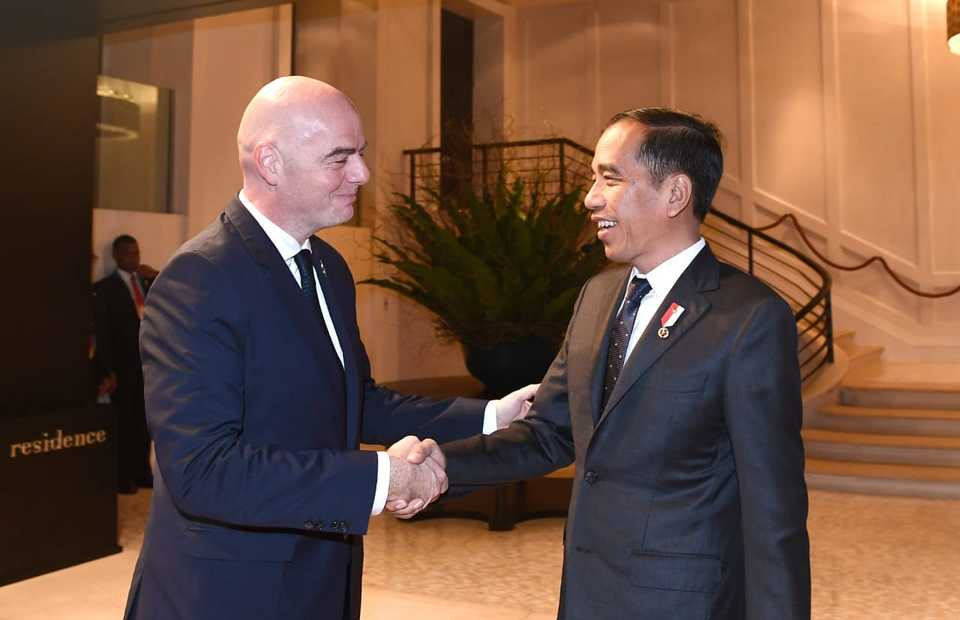 President Joko 'Jokowi' Widodo shakes hands with FIFA president Gianni Infantino in Bangkok on Saturday. (Photo courtesy of the Cabinet Secretariat)