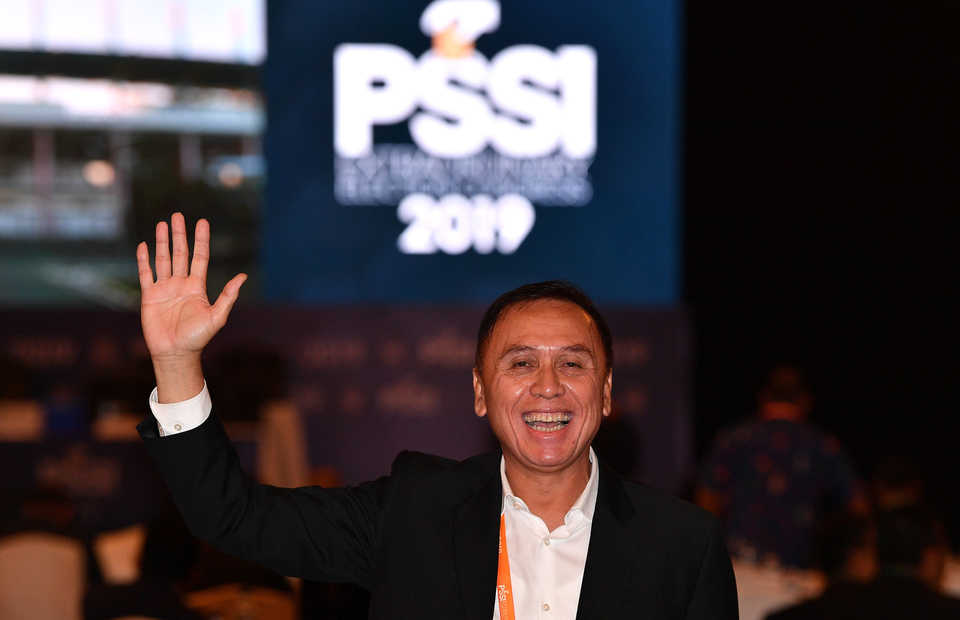 Mochamad Iriawan waves to journalists after he is elected chairman of the Indonesian Football Association (PSSI) during a congress in Jakarta on Saturday. (Antara Photo/Sigid Kurniawan)