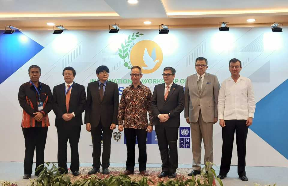 Deputy Foreign Minister Mahendra Siregar, third from right, Colombian Ambassador Juan Camilo Valencia Gonzalez, second from right, and Siswo Pramono, head of policy analysis and development at the Ministry of Foreign Affairs, third from left, pose for a photograph with other dignitaries during the opening of an international workshop titled 'Crops for Peace' in Jakarta on Tuesday. (JG Photo/Diana Mariska)