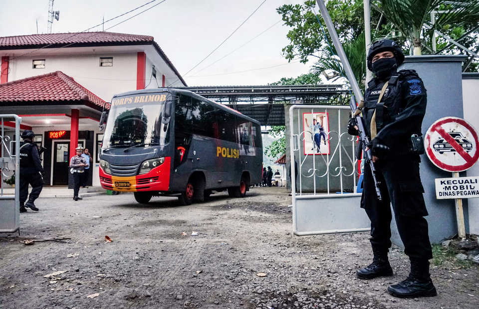 A policeman stands guard as a bus carrying terror convicts leaves Nusakambangan Island in Cilacap, Central Java, in this May 2018 file photo. (Antara Photo)