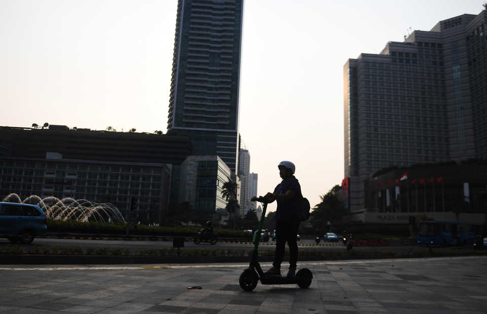 The plan to ban e-scooter came into existence after the users damaged public facilities and fell victim to fatal accident. (Antara Photo/Akbar Nugroho Gumay)