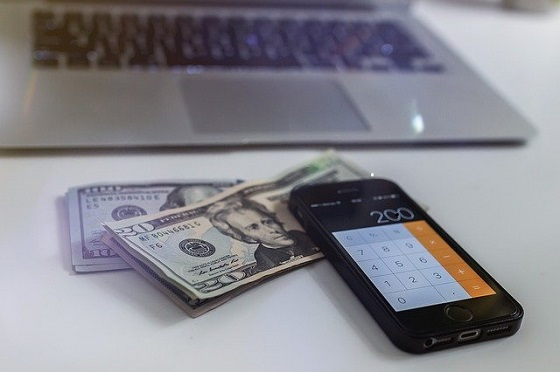 money-2212965_640 560x372.jpg