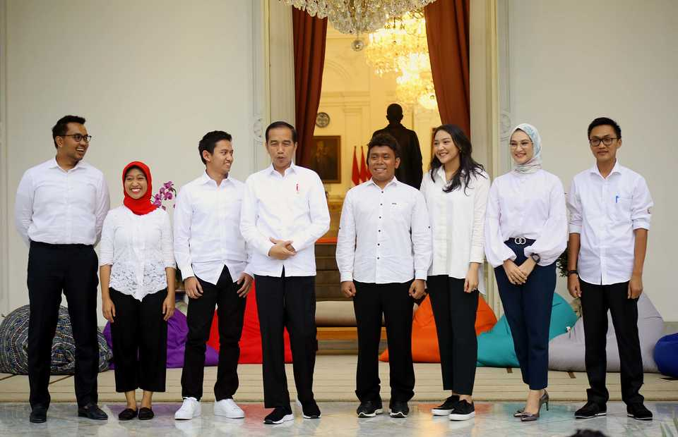 President Joko Widodo, fourth form left, introduces his new 'seven millennial aides' at the State Palace in Jakarta in Thursday. (B1 Photo/Joanito de Saojoao)