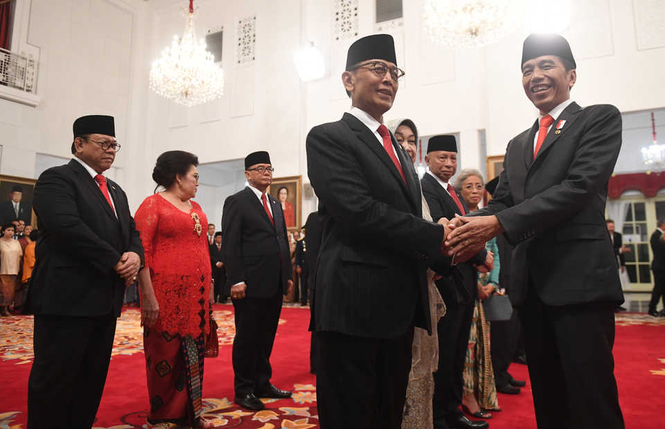 President Joko Widodo, right, congratulates Wiranto after inaugurating him as head of the Presidential Advisory Board (Wantimpres) at the State Palace in Central Jakarta on Friday. (Antara Photo/Akbar Nugroho Gumay)