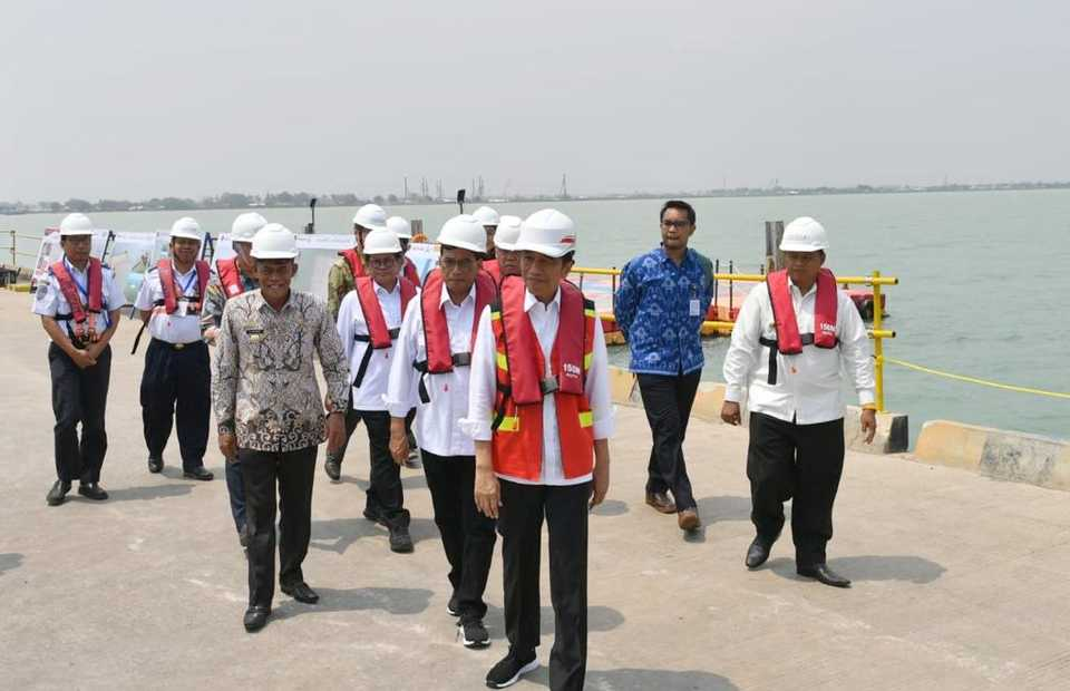 President Joko Widodo, center, inspects construction works at the half-completed Patimban Port in Subang, West Java, on Friday. (Photo from Twitter)