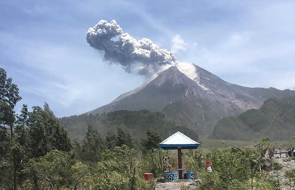 Mount Merapi in Yogyakarta erupted on Sunday,�spewing a column of ashes�1,500 meters into the sky. (Antara Photo//Rudi)