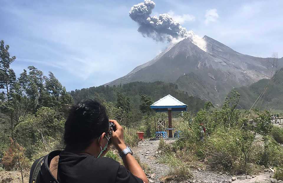 Mount Merapi on Java Island erupts on Sunday, spewing�a 1,500-meter�ash column that blows to the west from its crater. (Antara Photo/Rudi)
