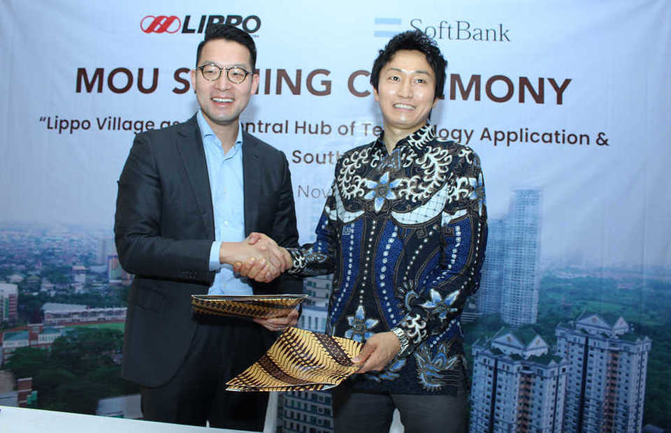 Lippo Karawaci chief executive John Riady, left, and�Hidebumi Kitahara, Softbank's vice president of global business strategy, sign a memorandum of understanding in Jakarta on Thursday. (B1 Photo/Emral Firdiansyah)