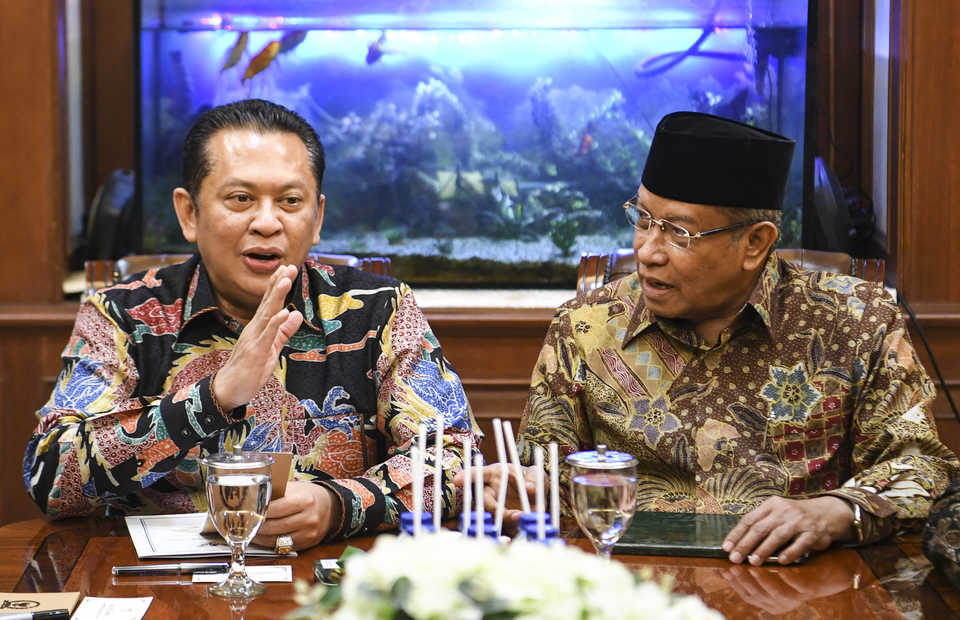 Bambang Soesatyo, the chairman of the People'd Consultative Assembly, right, discusses a possible limited amendment to the 1945 Constitution the Nahdlatul Ulama Executive Board chairman Said Aqil Siraj on Wednesday.   (Antara Photo/Hafidz Mubarak A.)