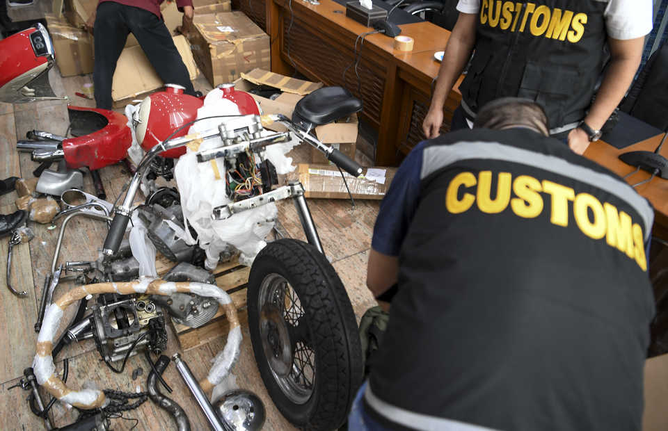 Customs officers find a smuggled Harley Davidson Shovelhead and Brompton bicycles at Soekarno-Hatta International Airport on Nov. 17. (Antara Photo/Hafidz Mubarak A.)