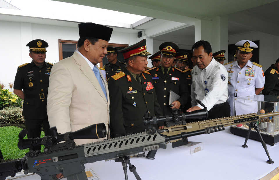 Defense Minister Prabowo Subianto, left, and his Laotian counterpart Maj. Gen. Chansamone Chanyalath inspect a Pindad-made log rifle in Jakarta on Wednesday. (Photo courtesy of the Defense Ministry)