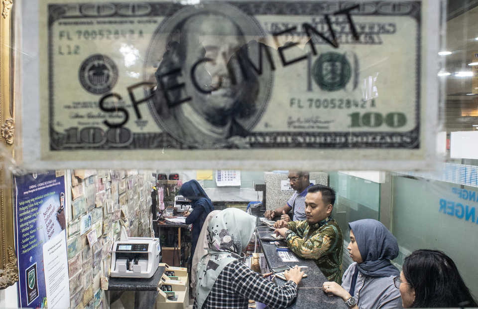 A money changer in Jakarta. (Antara Photo/Aprillio Akbar)