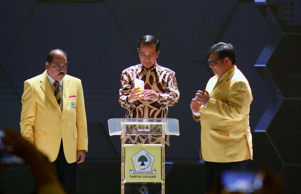 President Joko WIdodo, center, opens the Golkar Party national congress with current Golkar chairman Airlangga Hartarto, right, in Jakarta on Tuesday. (B1 Photo/Joanito De Saojoao)