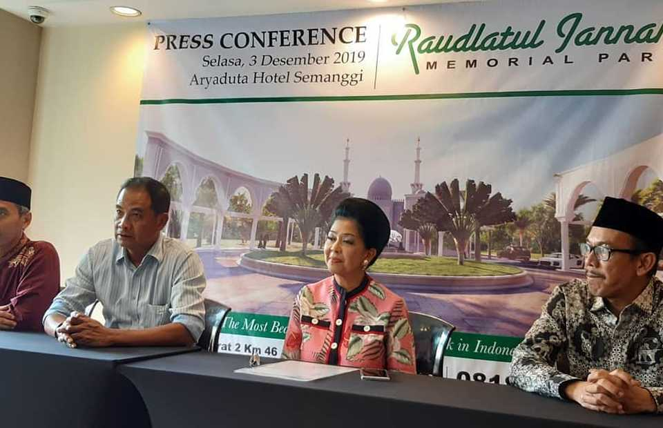 San Diego Hills director Suziany Japardy, second from right, speaks in a press conference in Jakarta on Tuesday, as she introduces the company's first Muslim cemetery project to be built in Karawang, West Java. (B1 Photo/Imam Muzakir)