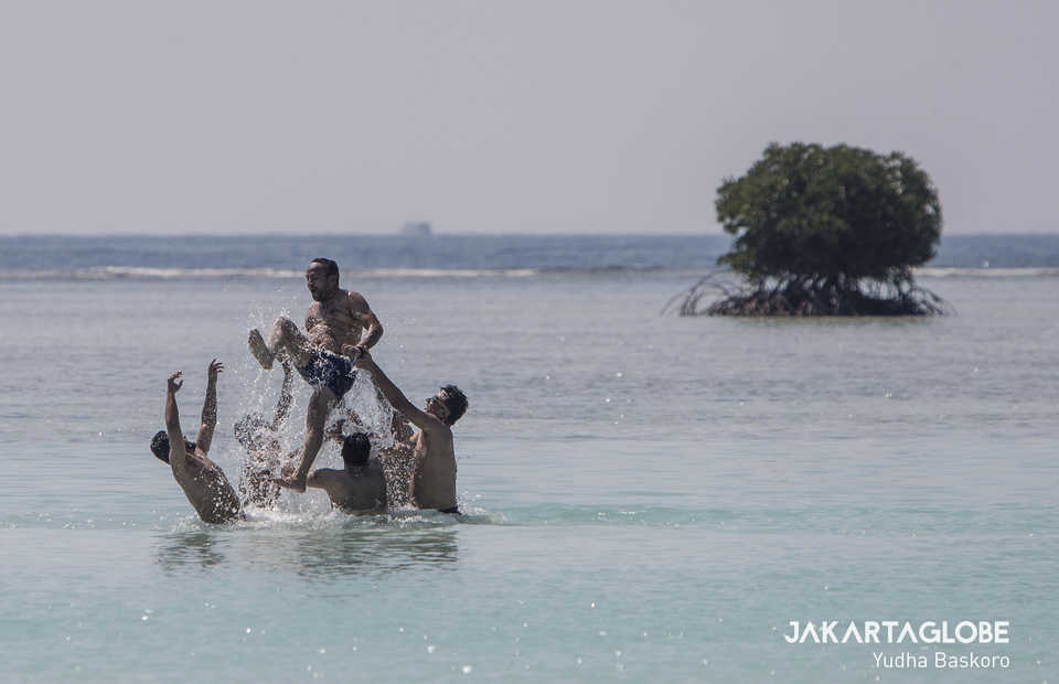 Foreign tourists frolicking on Pari Island north of Jakarta. (JG Photo/Yudha Baskoro)
