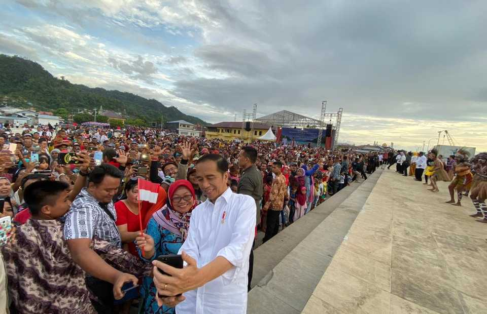 President Joko Widodo takes a selfie with residents during his visit to Kaimana district in West Papua on Oct. 27, 2019. (Photo from Twitter)