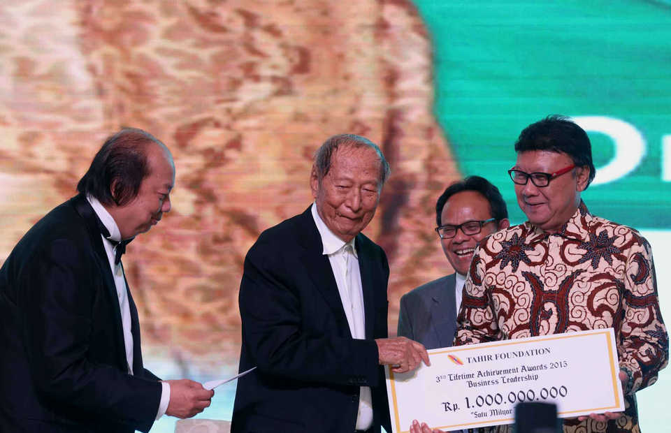 Ciputra, center, was a trailblazing property pioneer in Indonesia in the last 50 years. (SP Photo/Joanito De Saojoao)