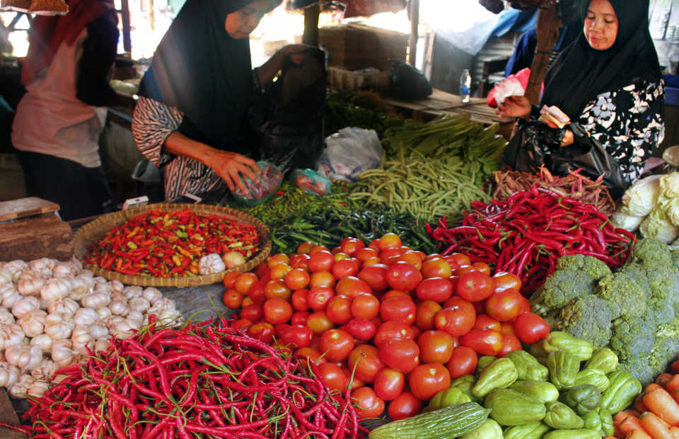 Indonesia's inflation rate dropped in October to its lowest since April, as prices for housing, utilities, foodstuffs, transportation, clothing, and communication and financial services increased at a slower pace. (Antara Photo/Weli Ayu Rejeki)