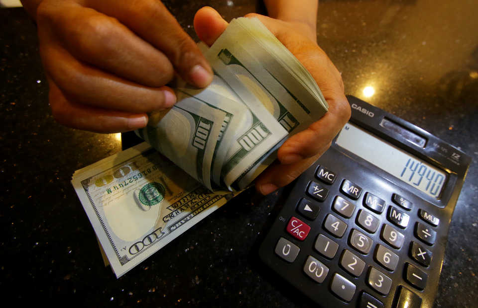 The ban on�trading rupiah overseas had dragged down�export and import�due to the need to settle�transactions in�US dollar.�(Antara Photo/Rivan Awal Lingga)